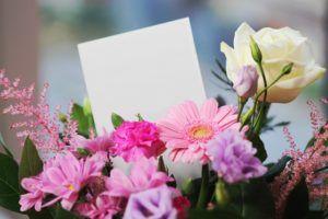 Bunte Blumen mit Grußkarte