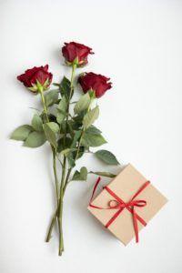 Rote Rosen mit Geschenk